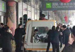 Cina: i passeggeri infetti trasportati fuori dall'aeroporto in box di isolamento Il video girato all'aeroporto di Fuzhou, nel sud-est della Cina - CorriereTV