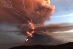 Filippine: la spettacolare (e paurosa) eruzione del vulcano Taal