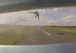 Frontale contro un'auto: il motociclista vola in aria per 4 metri (ma si salva grazie all'airbag) Il terribile video è stato diffuso dalla polizia inglese del South Yorkshire - CorriereTV
