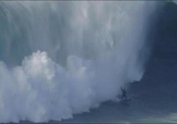 Il surfista viene travolto dall'onda alta 18 metri È successo a Nazaré, in Portogallo - CorriereTV