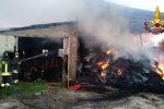 Vigili del fuoco spengono incendio in un fienile a Corazzo di Scandale, struttura inagibile
