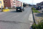 Messina, donna travolta da uno scooter a Giostra: è caccia al pirata della strada