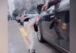L'automobilista getta una bottiglia dal finestrino: il bimbo la raccoglie e gliela restituisce La «lezione di civiltà» del piccolo Sun Jiarui, un anno, ripresa dalla madre su una strada in Cina - Dalla Rete