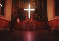 La sigla di «The New Pope»: suore in sottoveste ballano e si accarezzano sotto la croce La sigla dei primi due episodi è ambientata nella Fondazione Cini a Venezia - Corriere Tv