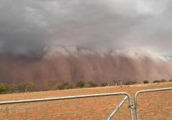 La tempesta di sabbia fa paura: il villaggio in Australia travolto dalla nube in pochi minuti Le immagini girate nel Nuovo Galles del Sud - CorriereTV
