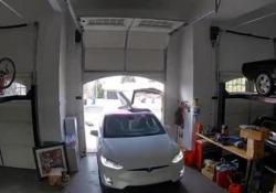 La Tesla entra nel garage con le ali di gabbiano aperte. Sportello distrutto Disattenzione fatale per la costosa vettura di questo automobilista - Dalla Rete