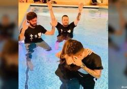 Liverpool, il battesimo di Firmino nella piscina Roberto Firmino, attaccante brasiliano del Liverpool, ha ricevuto il battesimo all'età di 28 anni - Dalla Rete