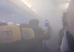 Paura sul volo Ryanair: fumo in cabina e atterraggio d'emergenza Un Boeing 737-800 diretto a Londra ha dovuto chiedere di atterrare in emergenza all'aeroporto di Bucarest, in Romania - CorriereTV