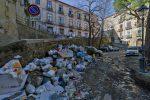 Emergenza rifiuti a Cosenza, la spazzatura continua a marcire in molti punti del capoluogo