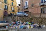 Il centro storico di Cosenza è sepolto dai rifiuti, strade sporche e maleodoranti