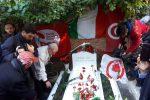 La morte di Craxi 20 anni dopo, politici e giornalisti: in centinaia alla tomba del leader Psi ad Hammamet