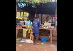 Uganda, i palleggi dei bambini con l'arancia Sudais, Edrine e Patrick sono tre bambini dal talento eccezionale - Dalla Rete
