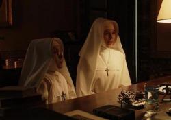«Vogliamo rispetto», le suore proclamano uno sciopero (nella serie «The new Pope») Il regista Paolo Sorrentino nella sua fiction aveva anche previsto la sindrome da stress di lavoro che colpisce molte suore - Corriere Tv