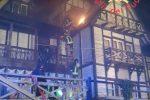 Incendio all'Albergo delle Fate di Taverna, le fiamme divorano parte del tetto