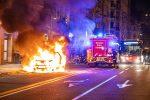 Messina, auto in fiamme in via Garibaldi: pompieri e polizia in azione