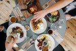 Mangiare con le mani dà più sapore ai cibi, ma il rischio è l'aumento di peso