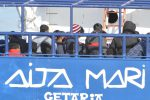 Sbarco a Messina per 158 migranti sulla Aita Mari: le foto