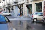 """""""Geyser"""" a Cosenza: un tubo rotto allaga via Cattaneo - Video"""