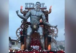 Al Carnevale di Viareggio c'è un gigantesco Ronaldo in versione «Iron Man» Il protagonista della prima sfilata della 147° edizione del Carnevale di Viareggio è stata la riproduzione di CR7 - CorriereTV