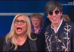 Bugo: «Mi è piaciuta la canzone di Irene Grandi», Mara Venier: «Grandi? Ma non c'era!» La conduttrice protagonista a «Domenica In» tra gaffe e risate - Corriere Tv