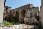 La chiesa normanna di Mili San Pietro è avvolta dal degrado e chiusa da 8 anni