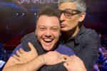 Sanremo 2020, Fiorello abbraccia Tiziano Ferro: armonia finalmente ritrovata