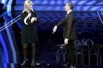 Sanremo, Fiorello mantiene la promessa: entra vestito da Maria De Filippi