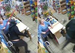 Il rapinatore messo in fuga dalla donna «armata» di mocio La proprietaria stava chiudendo il suo negozio a Pinczyn, in Polonia, quando si è trovata di fronte il ladro - CorriereTV