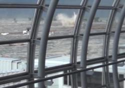 Il terremoto in Giappone del 2011: un nuovo filmato mostra l'interminabile scossa nell'aeroporto di Sendai Sette minuti terribili: a quasi 9 anni di distanza dal disastro un nuovo video documenta la terribile scossa e l'arrivo dell'acqua - CorriereTV