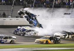 Il terribile incidente a 320 all'ora nella Daytona 500 Il 42enne pilota Ryan Newman è stato ricoverato in ospedale - CorriereTV