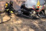Incendio brucia sterpaglie a Sersela, fiamme danneggiano tre auto: nessun ferito
