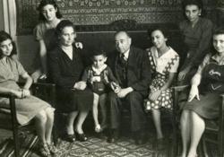 Le sorelle Muccio, nate negli anni Venti, a Tripoli dal 1930 per il lavoro del padre, studiano tutte con profitto alle magistrali, ma nel 1942 le scuole in Libia vengono chiuse a causa dei bombardamenti alleati. Tre sorelle vogliono assolutamente fare gli esami da privatiste, partono a giugno su un...