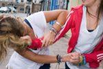Catania, picchiano compagne di scuola e girano video: denunciate ragazzine di 14 e 11