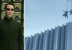 Matrix 4, la spettacolare scena del volo di Neo tra i palazzi di San Francisco Le riprese del quarto episodio della saga: stuntman al lavoro in una scena di grande impatto visivo che vede coinvolto il personaggio interpretato da Keanu Reeves - Corriere Tv