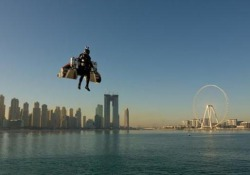 Nuova impresa per «jetman»: il pilota sale fino a 1,8 chilometri nei cieli di Dubai Il video mostra il primo volo umano autonomo al 100% (con decollo verticale) - CorriereTV