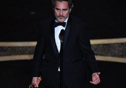 Oscar 2020, Phoenix ritira la satuetta: «Nella mia vita sono stato un mascalzone crudele» Ha conquistato il premio come migliore attore protagonista per il suo ruolo in Joker di Todd Phillips - CorriereTV