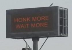 Più suoni il clacson, più aspetti al semaforo: ecco cosa si sono inventati in India A Mumbai ci sono semafori che fanno aspettare di più chi suona il clacson - CorriereTV