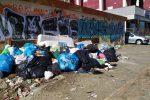 Cosenza, bonifiche al rallentatore: rifiuti dimenticati da settimane in alcuni rioni