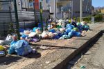 Cosenza, le discariche non bastano: i rifiuti restano per terra