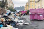 Rifiuti a Reggio, per strada 3.500 tonnellate di immondizia: conferimenti bloccati