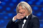 Sanremo 2020 finale, Amadeus in versione Maria De Filippi: parrucca bionda e imitazione