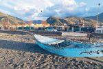 Scafo con caratteri arabi trovato sulla spiaggia antistante il lungomare di Brolo