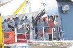 Sea Watch arrivata a Messina: sbarcati i migranti, equipaggio in quarantena sulla nave