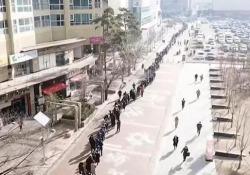 Tutti in fila per una mascherina: il video dalla Corea del Sud è impressionante Una coda lunghissima a Daegu, uno degli epicentri dell'epidemia di coronavirus nel paese. Le mascherine vendute nel supermercato a metà prezzo - CorriereTV