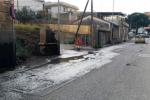 A Villa S.Giovanni la fogna scorre in mezzo alla strada, in dieci giorni nessun intervento