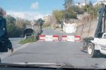 Blocchi di cemento sbarrano l'ingresso al comune di S. Lucido