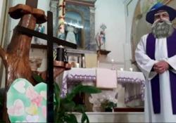 Celebra la messa su Fb ma dimentica i filtri: la clip fa il giro del web Il video della diretta di don Paolo Longo, parroco della chiesa di San Pietro a Polla, in Campania, è virale - Dalla Rete