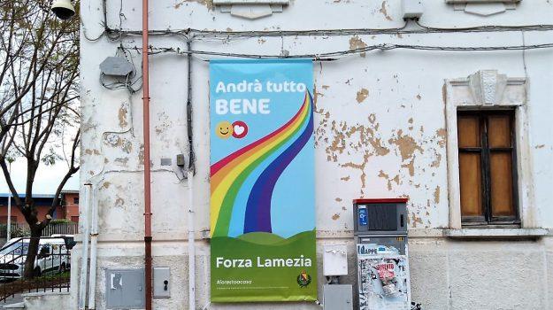 """""""Andrà tutto bene"""", banner affissi per le strade di Lamezia Terme: le foto"""