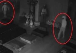 Entra per rubare ma scappa a gambe levate spaventato dal proprio riflesso L'irruzione è stata registrata dalle telecamere di sicurezza di una struttura sportiva a Antalya, in Turchia - CorriereTV