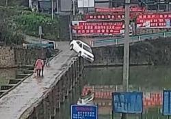 Finisce giù dal ponte, 10 minuti dopo aver preso la patente L'automobilista distratto è finito in acqua con la sua macchina - CorriereTV